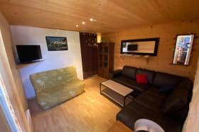 salon indépendant avec BZ pour 2 adultes,espace télévision, grand canapé en cuir