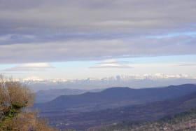 terrasse - vue sur les montagnes enneigées en mars