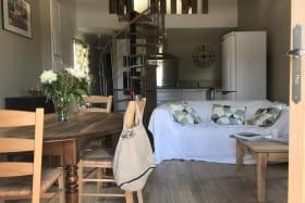 Un séjour ouvert sur la cuisine. L'été, vous profiterez de la terrasse. L'hiver, vous apprécierez la chaleur du poêle à granulés