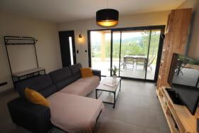 Salon avec TV, DVD et accès terrasse