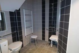 salle de bain pour personne à mobilité réduite