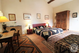 Gîte du Domaine Claire RIVIER à REGNIE DURETTE, dans le Beaujolais - Rhône : La Chambre n° 5 indépendante - lit en 1.80.