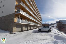 La résidence, grand parking et accès rapide aux commerces & pistes