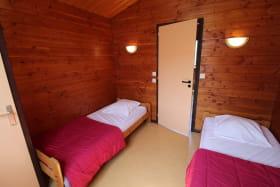 Chalet-Gîte du Plan d'eau d'Azole (Gîte N° 4) à Propières (Rhône - Beaujolais Vert) : la chambre à 2 lits.