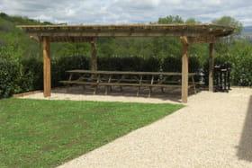 Gîte de groupe Pierres Dorées à Saint-Germain-sur-L'Arbresle (Rhône-Beaujolais) : espace repas sous partie couverte.