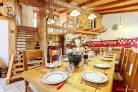 Espace repas convivial et chaleureux, ouvert sur la cuisine et le salon