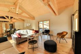 Pièce à vivre en bois spacieuse et lumineuse.