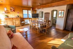 Salon salle à manger espace cuisine avec accès grande terrasse panoramique couverte