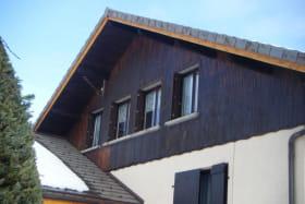 façade arrière de la maison où se trouve l'appartement (les  fenêtres)