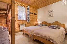 Chambre familiale avec 2 lits simples et lits superposés