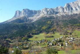 Située sur les contrefort est du Vercors au pied du massif du Gerbier