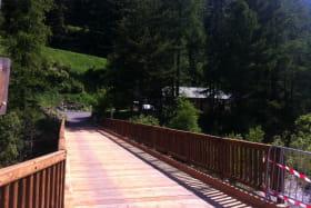 à Val Cenis-Lanslebourg, l'entrée du camping via le pont sur l'Arc.
