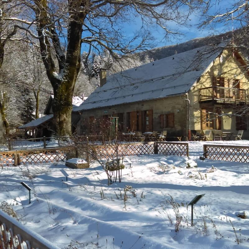 Chalet d'Arvières sous la neige à Lochieu