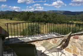 Terrasse solarium avec vue sur les monts