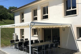 'Gîte de la Brosse' à Bibost (Rhône - Ouest Lyonnais, proximité de L'Arbresle) : la terrasse ombragée.