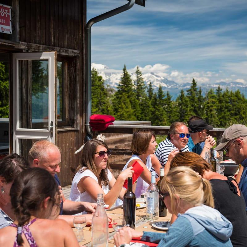 terrasse du refuge face au Mont-blanc avec groupe