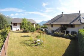 Vue du jardin avec sur la droite les deux gîtes Arolle et Eterlou, et à gauche la chambre d'hôtes Grangelitte.