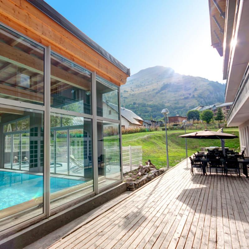 Terrasse extérieure et piscine