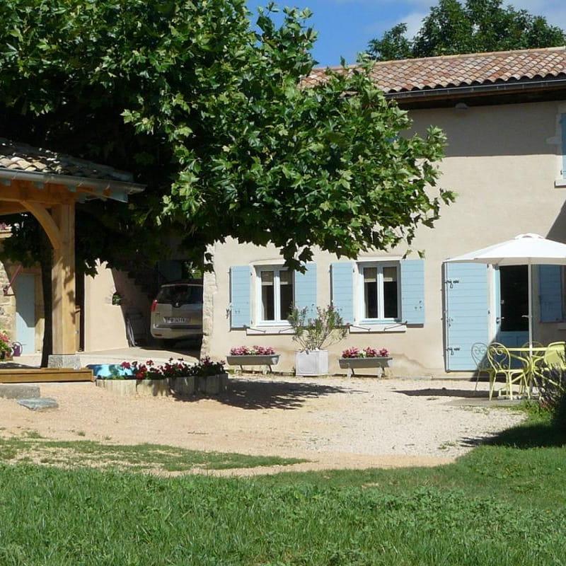 'Gîte des Hortensias', Le Perréon (Rhône, Beaujolais) : l' extérieur du gîte.