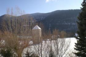 Vue du gîte l'hiver par temps de neige