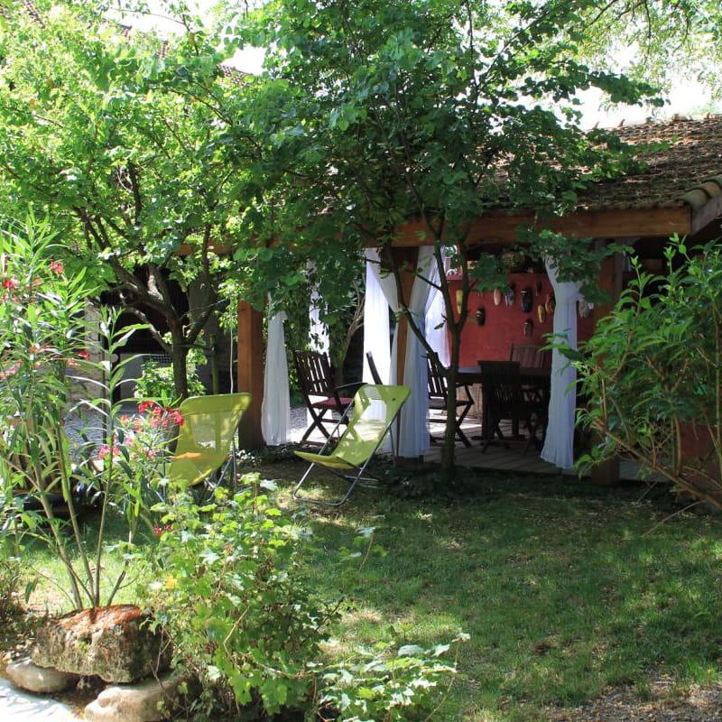 A l'abris dans notre cour intérieure, vous profitez du soleil, légèrement ombragé par les arbres fruitiers.