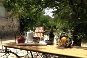 Petit déjeuner dans le jardin à l'arrière de la maison.