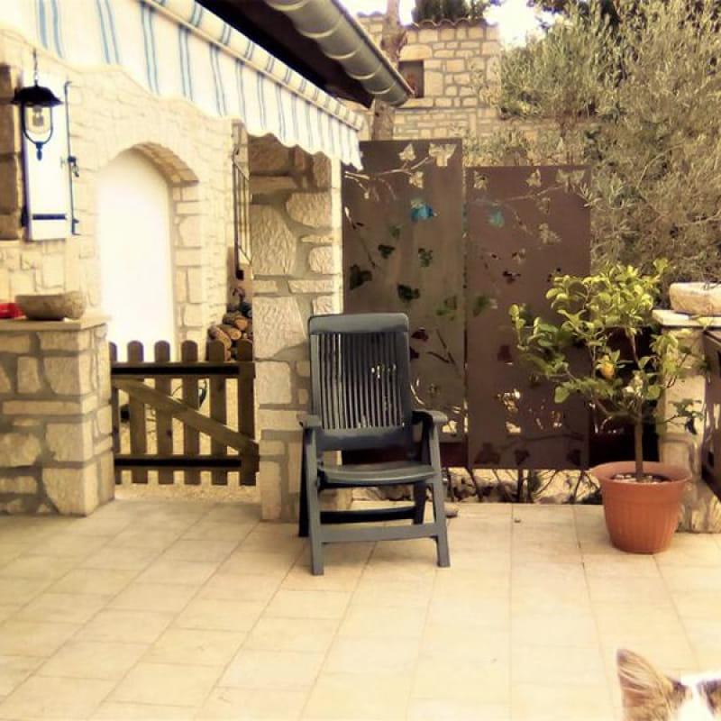 Entrée du gîte par une terrasse close et couverte et équipée