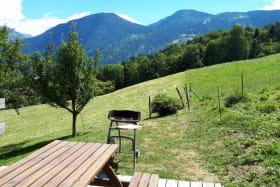 Terrasse privative : table de jardin, transats, barbecue, parasol à disposition
