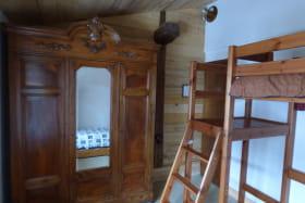 chambre avec lit mezzanine. (1 couchage 90 en haut. 1 lit gigogne en bas= 2 couchages 90 ou 1 couchage 140)
