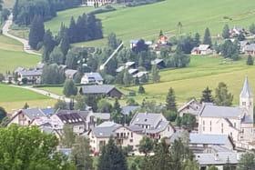 La Villarde (voir flèche) à 300m du centre du village de Corrençon