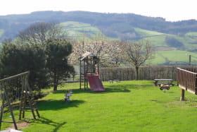 Gîtes de Priangue à Saint-Jacques-des-Arrêts (Rhône - Monts du Beaujolais) : aire de jeux commune.