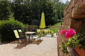Gîte 'L'Echilette' à Montrottier (Rhône - Monts du Lyonnais) : la terrasse.