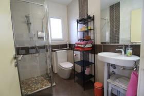Meublé City Break / maison de vacances 'La Caillote au Loup' à Sainte-Foy-Les-Lyon (Métropole de Lyon, Ouest Lyonnais) : la salle d'eau des 2 chambres communicantes.