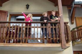 enfants sur le balcon