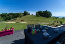 En vous installant le matin sur la terrasse, vous aurez le plaisir profiter d'une vue magnifique et de la compagnie de nos chevaux