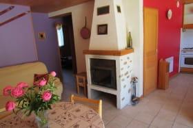 séjour et accès chambres à gauche et cuisine à droite