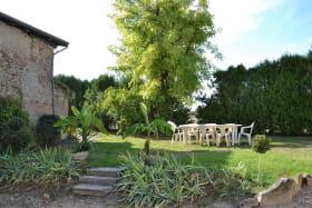 Gîte de La Treille à Corcelles-en-Beaujolais (Rhône) : le jardin.