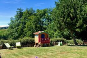 Grand jardin avec maisonnette en bois  et jeux pour enfants
