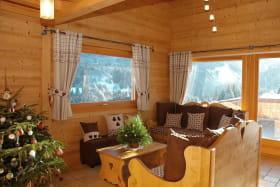 La pièce à vivre côté salon avec accès direct à la terrasse bois de 30m² par baie coulissante.