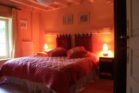 La chambre avec grand lit