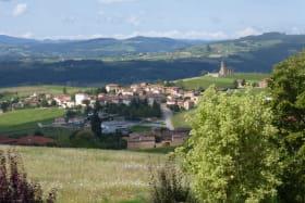 Gîte de Dalbepierre à SAINT LAURENT D'OINGT (Rhône - Beaujolais - Val d'Oingt) : Vue sur le village de Saint Laurent d'Oingt depuis le gîte.