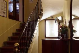 Hôtel Elysée - L'entrée et l'escalier