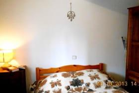 chambre N° 2 1 lit double 1 table de nuit 1 armoire : étagères + penderie