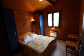 Chalet-Gîte du Plan d'eau d'Azole (Gîte N° 1) à Propières (Rhône - Beaujolais Vert) : la chambre à grand lit.