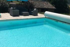 Gîte 'Le Cocon de Mya' à Cenves (Rhône, Haut Beaujolais, limite Bourgogne) : détente au bord de la piscine.