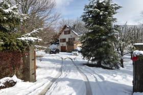Une entrée dans le parc très accessible, par temps de neige. Le gîte se situe plein sud, au rez-de-chaussée.