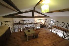 Gîte 'Il était une fois' à Ternand (Rhône - Beaujolais des Pierres Dorées, proximité de Villefranche-sur-Saône) : la mezzanine et son petit espace pour enfants.