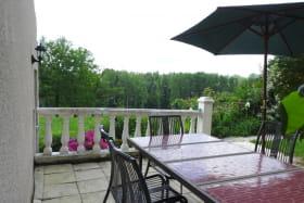 Gîte RUBIS salon de jardin parasol