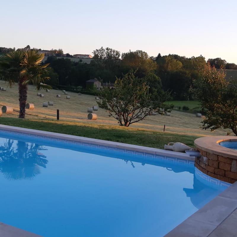 Piscine et jacuzzi chauffés avec des panneaux solaires et une pompe à chaleur. Jacuzzi extérieur chauffé à 37° pour vos soirées d'été au gîte (supplément 20 ? pour 2 personnes, Juillet/Août compris dans le tarif de la location). La piscine est opérationnelle de Mai à Octobre.