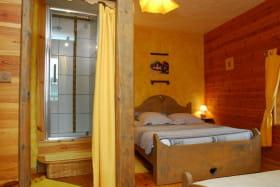 chambre cuzco,trés lumineuse, avec wc et salle de bain (possibilité troisième couchage)